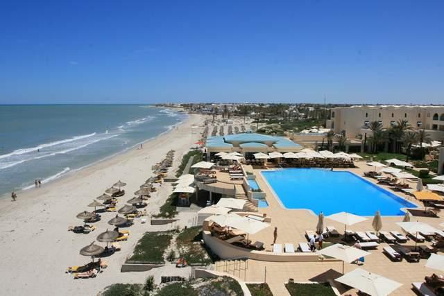 Radisson Blu Ulysse à Djerba - Piscine extérieurePiscine et plage de l'hôtel