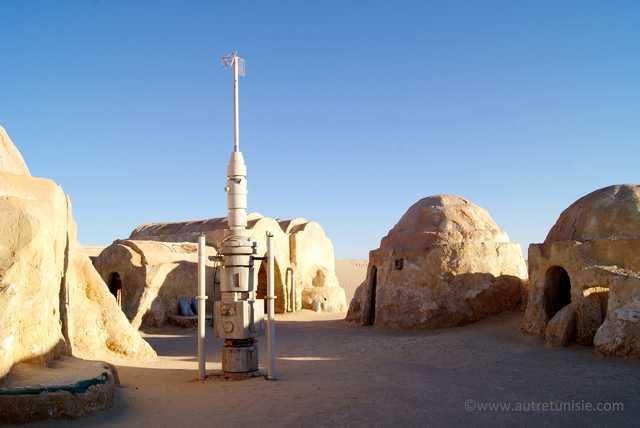 Un pylone au centre de plusieurs constructions en igloo sur un décor de Star Wars en Tunisie